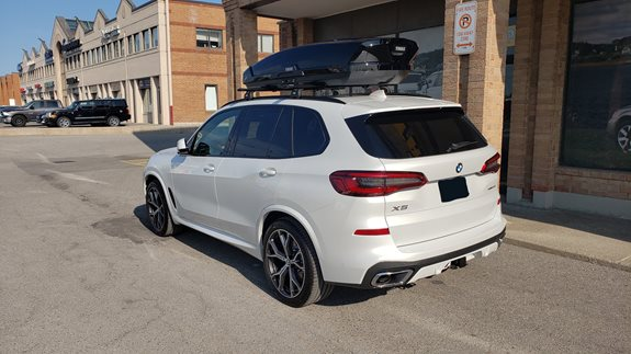 BMW X5 2019 with the Thule 460R Evo Wingbar Crossbars in Black and the Thule Motion XT XL Cargo Box in Black
