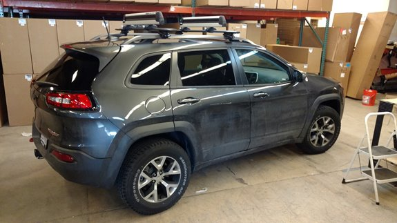 This is a 2016 Jeep Cherokee with a Thule base rack system using 450R towers and a Thule Pulltop ski carrier.