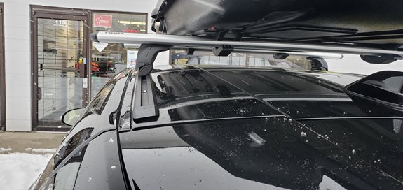 Custom Thule rapid podium Wing bar silver with a Yakima Lo Carbonite.