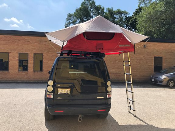 Yakima Skyrise tent installed on an LR4 with black jetstream bars.